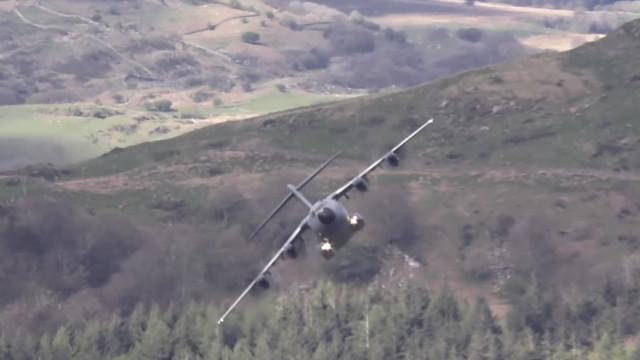 Avião militar faz manobra impressionante entre montanhas
