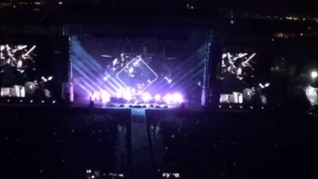 Grohl dedica música a fã que invade palco em show do Foo Fighters