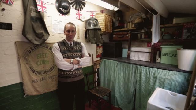 Anos 40: homem modifica a casa para viver na década favorita