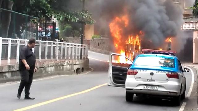 Criminosos incendeiam ônibus na favela do Turco, no Rio
