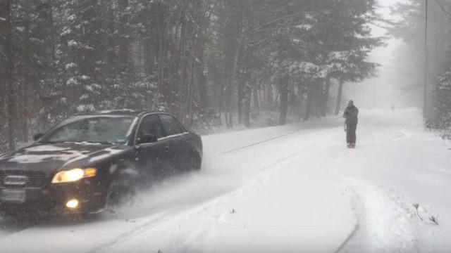 Moradores aproveitam neve para esquiar em rua dos EUA