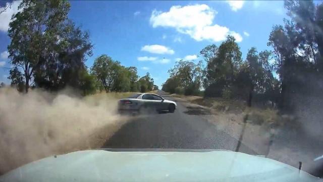 Ultrapassagem perigosa acaba em acidente na Austrália
