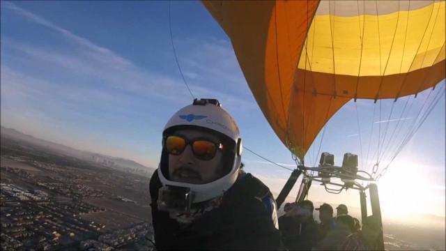 Amigos pulam de paraquedas de balão de ar quente no México