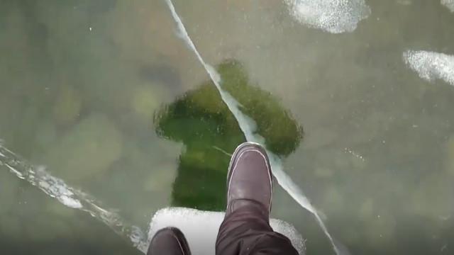 Homem se arrisca para filmar caminhada em lago congelado