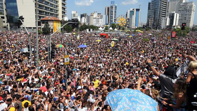 Prefeitura de SP multa 105 foliões no sábado por urinarem na rua