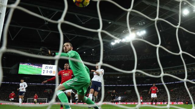 Phil Jones marca gol contra bizarro em derrota do Manchester