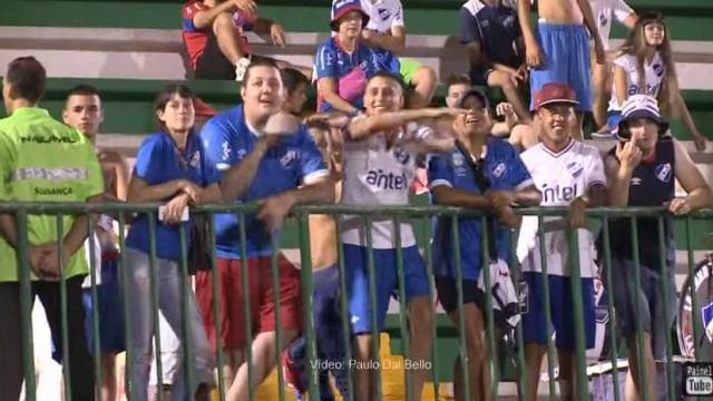 Torcedores do Nacional imitam avião em jogo contra a Chapecoense