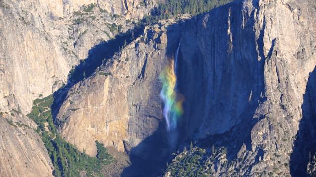 Incrível arco-íris se forma em cascata na Califórnia