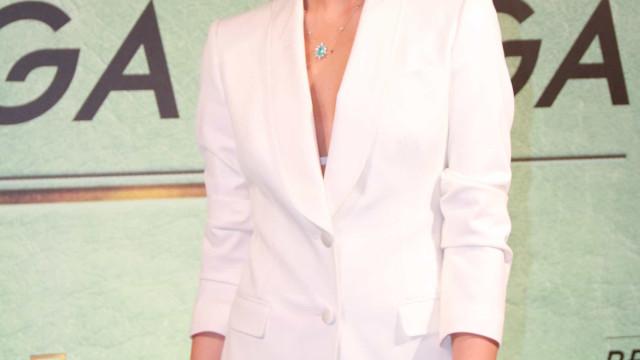 Camila Queiroz diz que sonha em chamar Anitta para cantar no casamento
