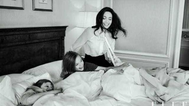 Angelina Jolie posa para revista na companhia das filhas