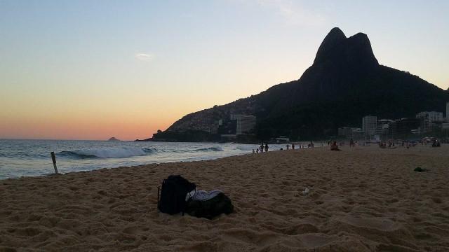 Ao menos 10 suspeitos fazem arrastão na praia de Ipanema