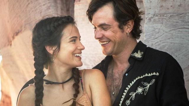 Sergio Guizé e Bianca Bin curtem casamento isolados na natureza
