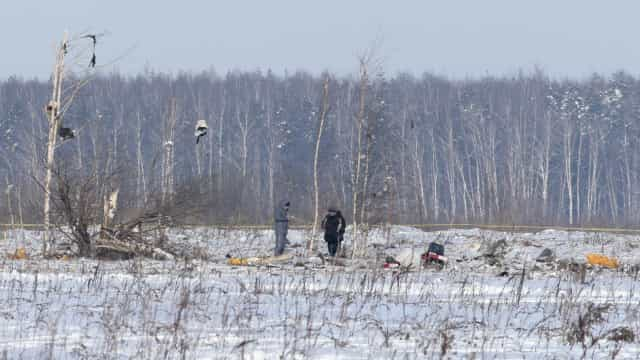 Vídeo mostra momento que avião com 71 pessoas a bordo cai na Rússia