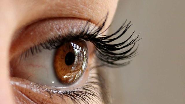 14 vermes de animais são extraídos de olho de uma mulher