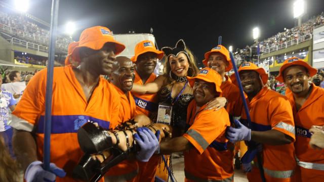 Sabrina pula grade da Sapucaí e cai no samba com garis do Rio