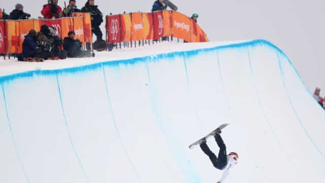 Japonês sofre queda feia no snowboard e deixa pista imobilizado; veja