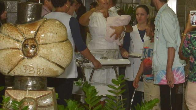 Ivete deixa hospital em Salvador com as filhas gêmeas