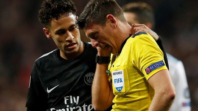 Neymar acerta bolada em juiz, que quase vai a nocaute; veja