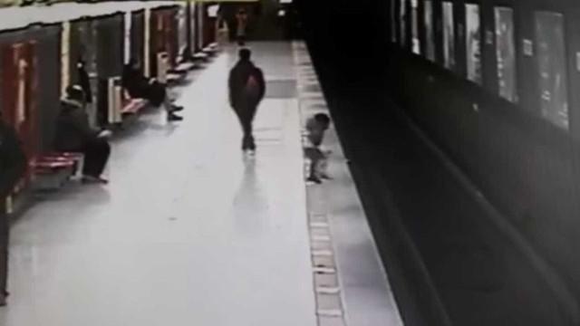 Menino cai em trilho de trem na Itália; vídeo