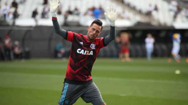 Diego Alves treina com titulares e deve voltar em breve ao gol do Fla