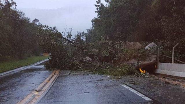 Rodovia Mogi-Bertioga segue interditada 3 dias após queda de barreira