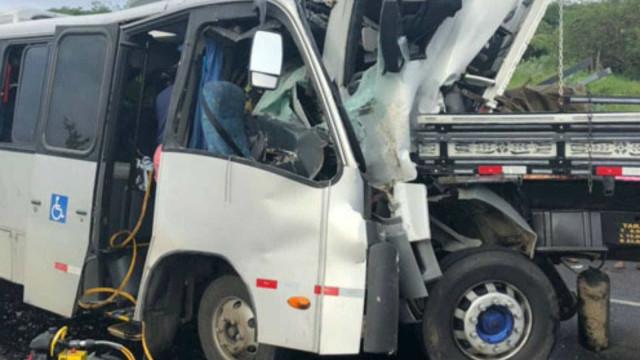 Acidente com micro-ônibus e caminhão deixa 1 morto e 30 feridos na BA