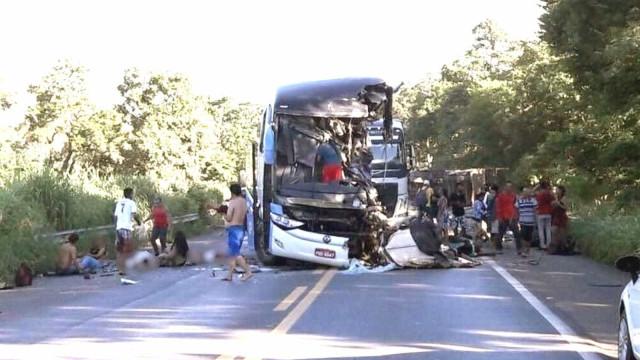 Acidente com ônibus e carreta em Goiás deixa 9 mortos