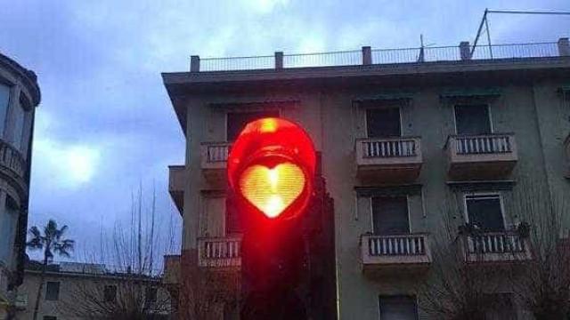 Vereadora é multada por colocar corações em semáforos