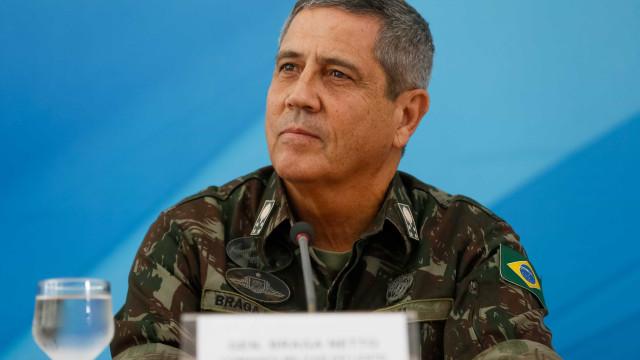 General e equipe de intervenção analisam dados de criminalidade no Rio