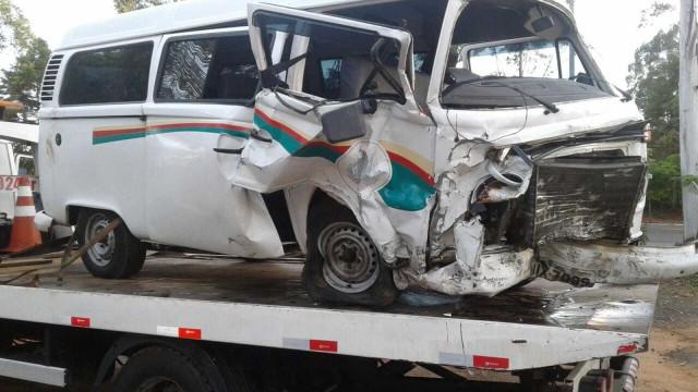 Motorista bêbado bate em kombi que levava doentes a hospital