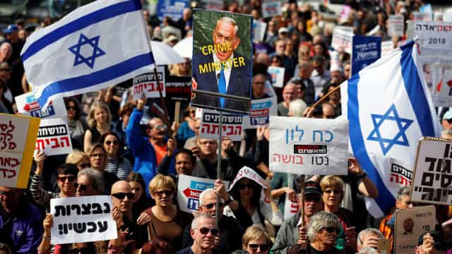 Manifestantes pedem renúncia de Binyamin Netanyahu