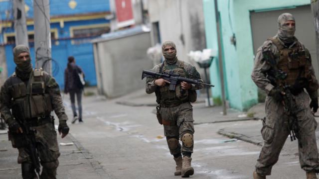 Fabricantes de armas doam cem fuzis para intervenção no Rio