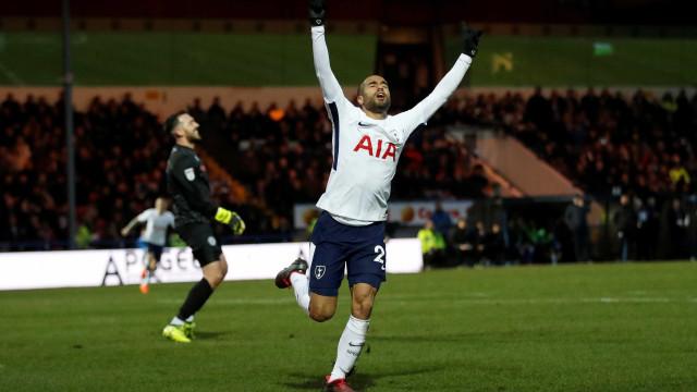 Pela primeira vez como titular, Lucas marca pelo Tottenham