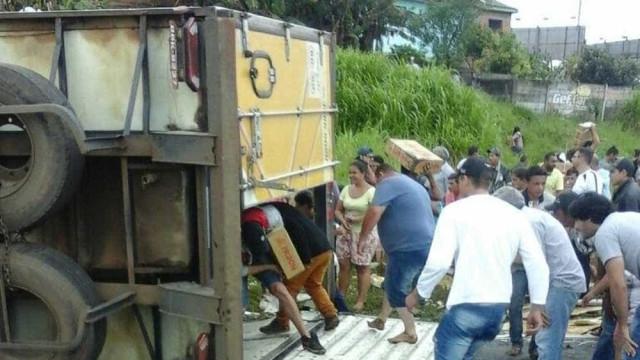 Carreta com 27 toneladas de carne tomba, e carga é saqueada