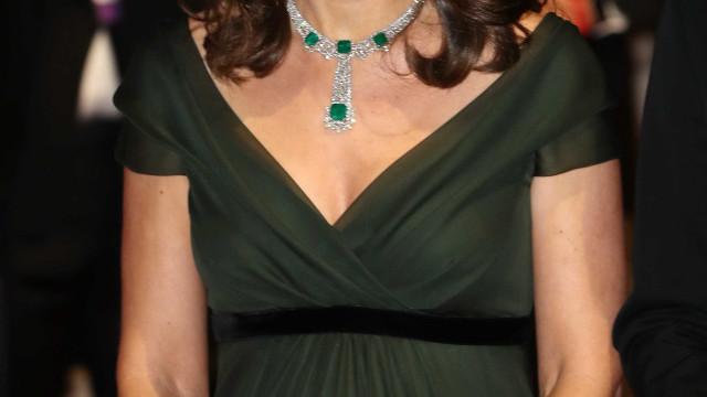 Vestido verde de Kate Middleton chama a atenção em tapete vermelho