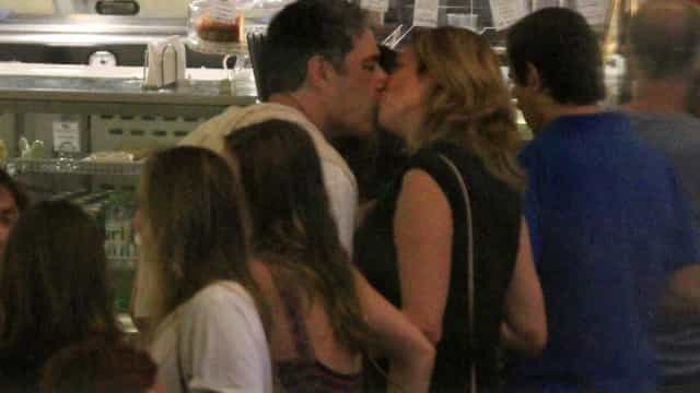 William Bonner e Natasha Dantas beijam muito em shopping do Rio