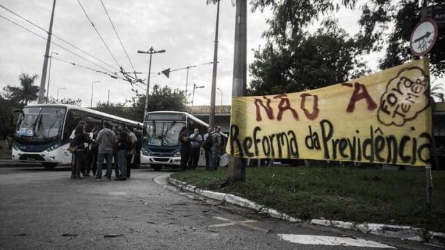 Protesto contra reforma bloqueia trecho da Dutra e paralisa transportes