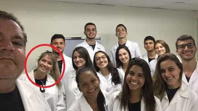 Fani Pacheco posa de jaleco com colegas do curso de Medicina