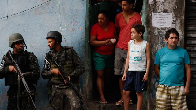 Moradores reagem à primeira ação da intervenção militar no Rio