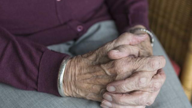 Idosa de 99 anos é encontrada amarrada, ferida e nua dentro de casa