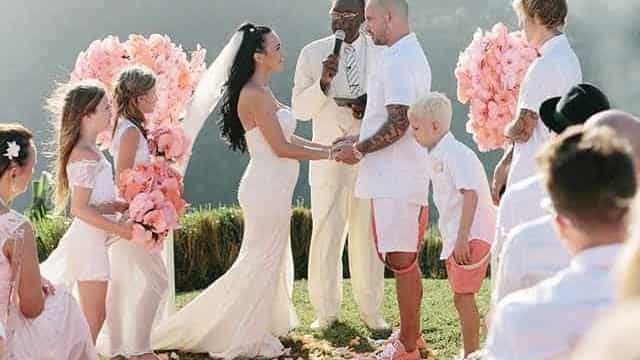 Na Jamaica, Bieber é padrinho da união do pai e não desgruda de Selena