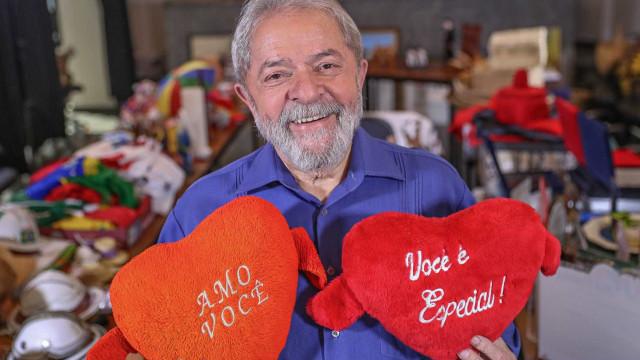 'Recebo cartas de companheiras que querem cuidar de mim', diz Lula