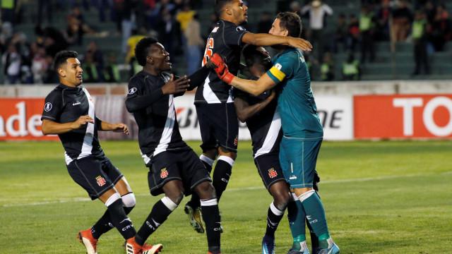 Vasco leva goleada na Bolívia, mas é salvo por goleiro nos pênaltis