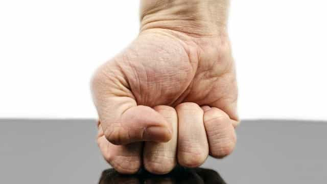 Homem diz que agrediu esposa por 'não ter força igual a um homem'
