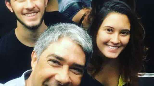 William Bonner paparica os filhos no elevador: 'Tanto amor'
