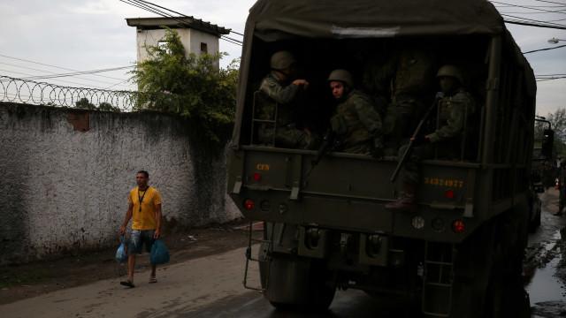 Exército faz operação conjunta com polícias na zona oeste do Rio