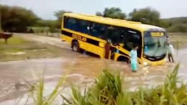 Condutor de ônibus escolar tenta atravessar riacho com crianças a bordo