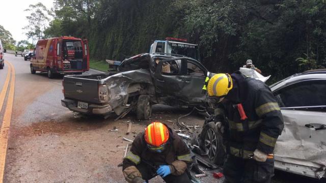 Acidente na Rio-Santos deixa feridos e interdita a via