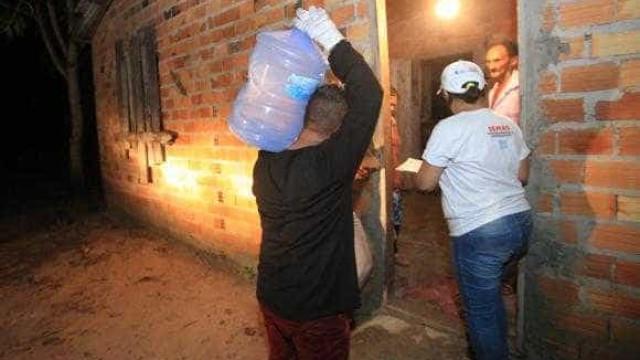 Famílias atingidas por vazamento de mineradora recebem água potável