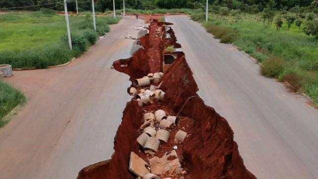 Buracos gigantes ameaçam casas, creches e rede elétrica em GO